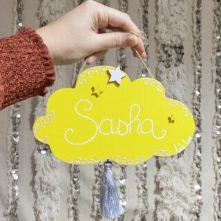 La plaque de porte de Sasha en jaune et blanc. Et le choix c'est finalement arrêté sur un pompon gris, vous validez ?   Retrouvez l'ensemble de mes dernières déco personnalisées en date sur mon autre compte dédié @ptitloukoum41
