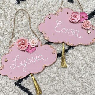 Des nouvelles plaques de porte pour deux sœurs 🥰 La base est peinte en rose, j'ai collé des fleurs en papier, des cœurs et étoiles en bois, fait quelques arabesques dorées et terminé avec des pompons or .   Merci beaucoup pour votre confiance et vos commandes ! Pour rappel, mes déco sont sur @ptitloukoum41